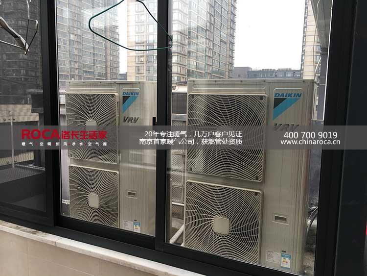 洛卡成立于1993年,是国内最早的供暖公司之一。20多年专注暖气,率先在南京推出明装采暖。南京首家获得燃管处燃气具安装资质的暖通公司。 公司与多个国际品牌合作,和意大利Unical优尼卡、意大利Ragall瑞家,西班牙ROCA建立了战略合作关系。 南京洛卡扬子江科技发展有限公司严格按照ISO9001(2000版)建立质量保证体系,通过了国际知名的英国SGS公司的认证,成为供暖行业首家通过ISO9001认证的企业。 产品上,洛卡一直采用原装进口品牌,经过严格筛选才能推向市场 设计上,洛卡有从业多年的暖通设